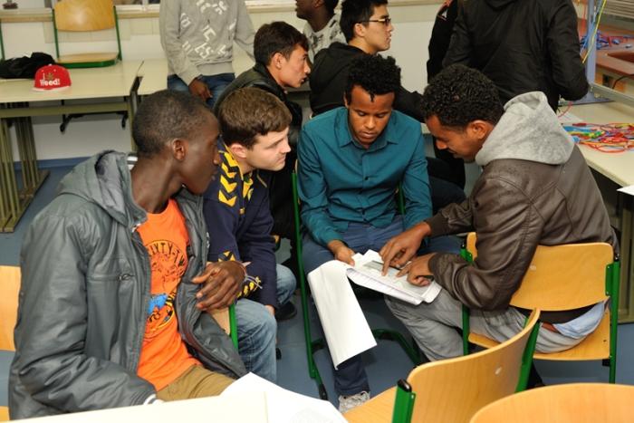 Schüler lehren Flüchtlinge